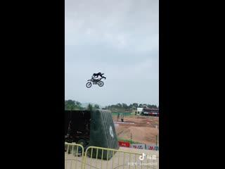 Экстремальный трюк на мотоцикле