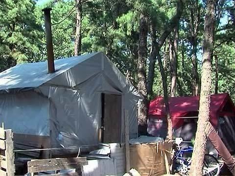 ВСША всё больше людей разбивают влесу палатки иживут там впоходных условиях. Новости. Первый канал