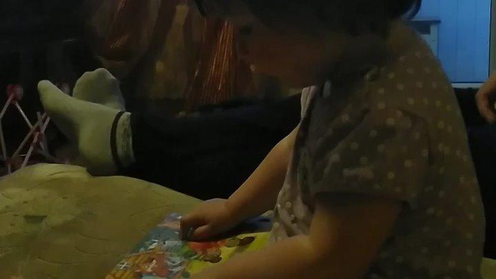 внучка Даша читает с выражением сказку в год и два мес