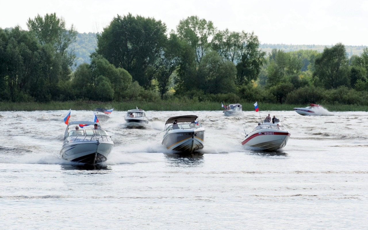 В Волжске в честь Дня флага прошел парад водной техники