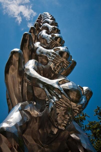Карма название инсталляции корейского скульптора До Хо Су (Do Ho Suh . Инсталляция представляет собой скульптуру большого количества мужчин, сидящих друг у друга на плечах, при этом закрывающих