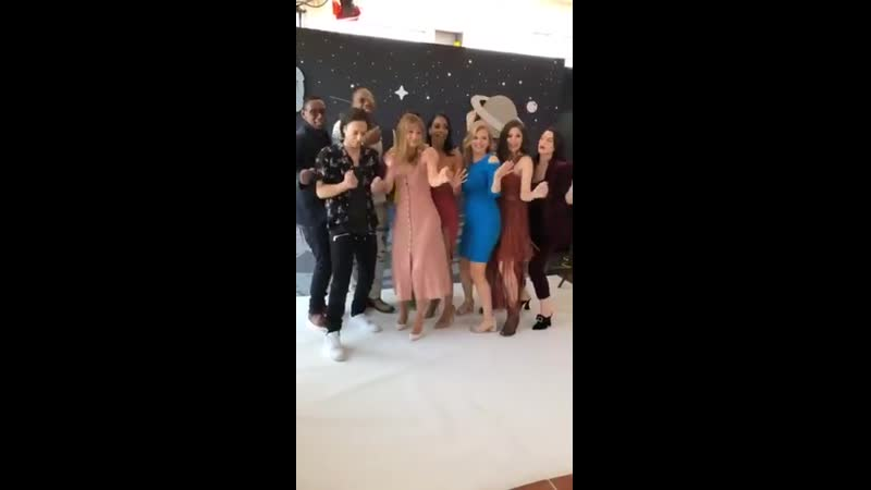 The Supergirl cast having the best time in the EWComicCon studio