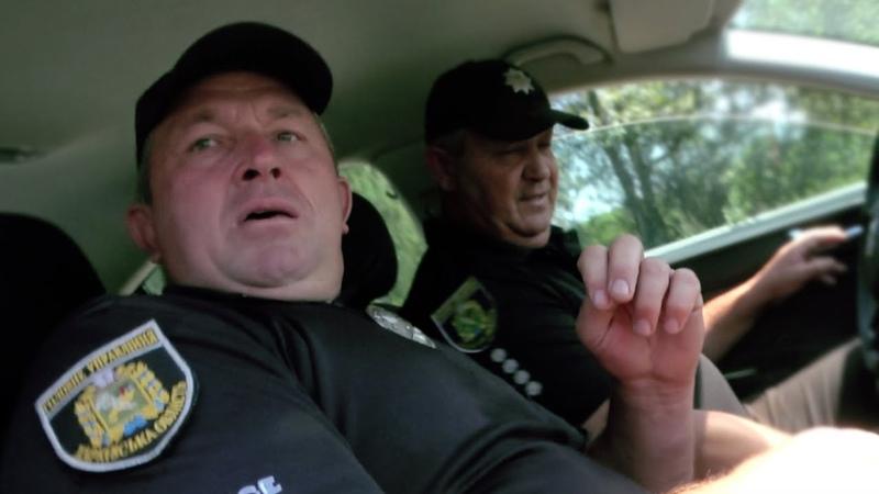 🔥 Полицейский пытается убежать с поста! Остановил водителя и ДАЛ ПО ТАПКАМ!