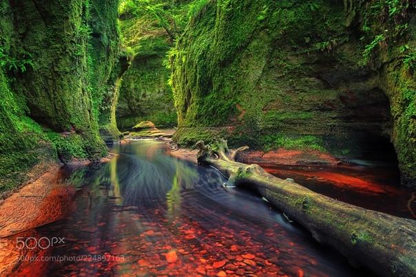 Финнич Глен  место в Шотландии с кроваво-красной водой, пещерой и водопадами