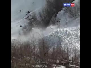 Туристы сняли на видео сход мощной лавины в Хабаровском крае