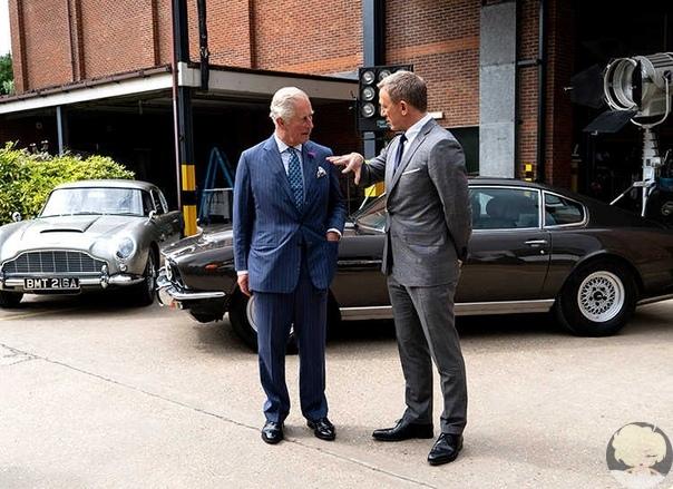 Дэниел Крейг провел принцу Чарльзу экскурсию по съемочной площадке Джеймса Бонда Агент 007 встречает будущего короля Великобритании.На съемочной площадке нового фильма бондианы вчера был