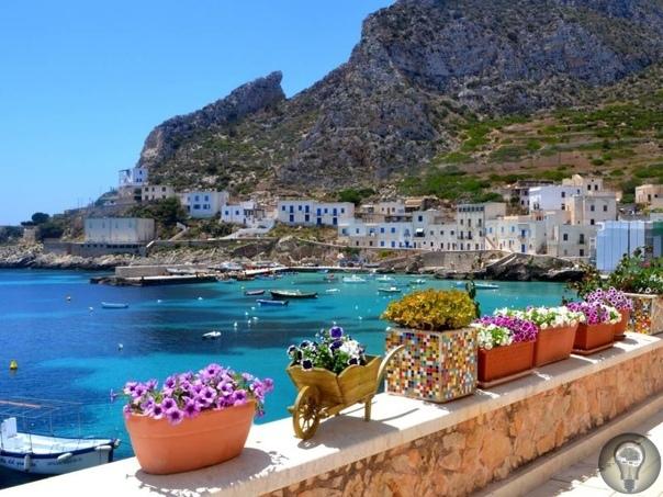 Лучшие курорты Италии с песчаными пляжами 1. Римини Популярный курорт, протяжённость его песчаных пляжей 15 км, есть как платные, так бесплатные участки. Семьи с детьми найдут здесь обширное