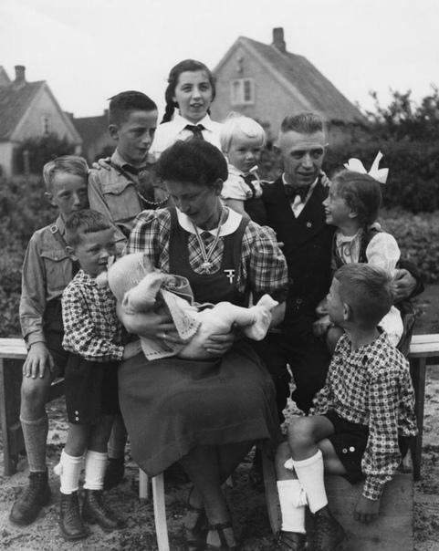 Идеальная арийская мать  кавалер ордена Mutterreuz 1 степени. Германия, 1940е.