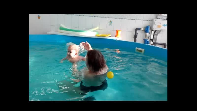 Маруся в бассейне