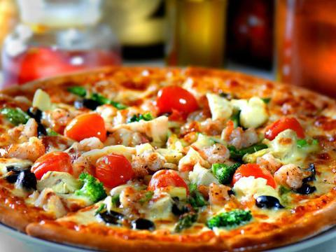 Домашняя пицца с тонкой хрустящей основой.