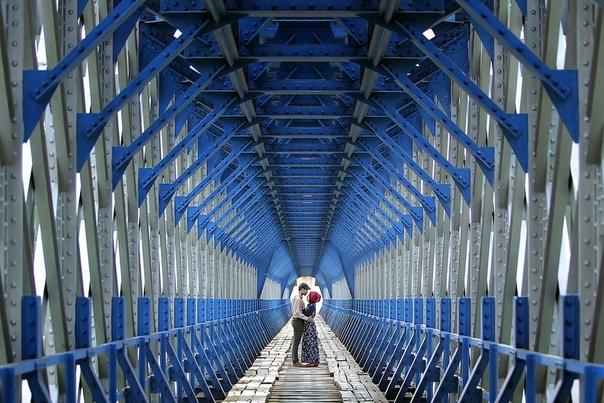 Влюбленные на мосту Cirahong (Индонезия)
