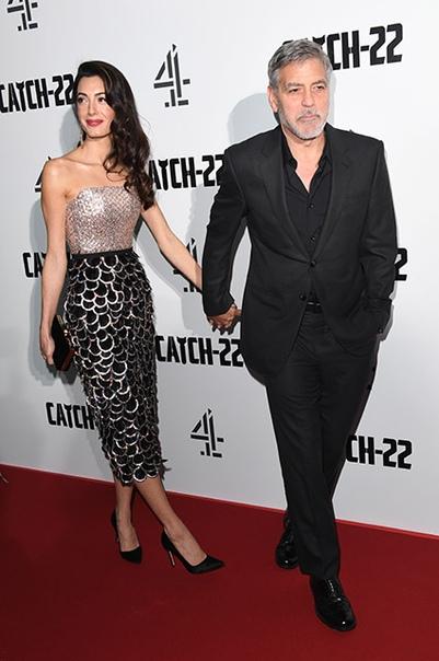 """Джордж Клуни со своей женой Амаль и ее мамой Барией Аламуддин на премьере сериала """"Уловка-22"""" в Лондоне"""