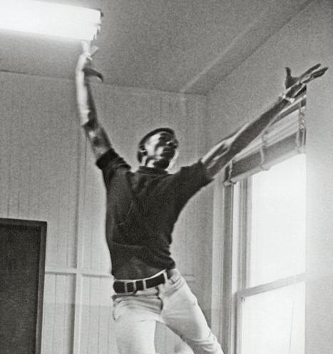 Морган Фриман в танцевальном классе 1962Когда Морган приехал в Лос-Анджелес и начал учиться в местном колледже, педагог сказал ему: «Молодой человек, вы отлично двигаетесь, поэтому вам следует