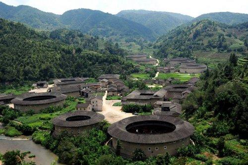 Тулоу Фуцзянь Примерно в 12-м веке жители провинции Фуцзянь (Fujian Province) в Китае решили, что во времена гражданских беспорядков их дома не обеспечивают должной защиты, а также не защищают