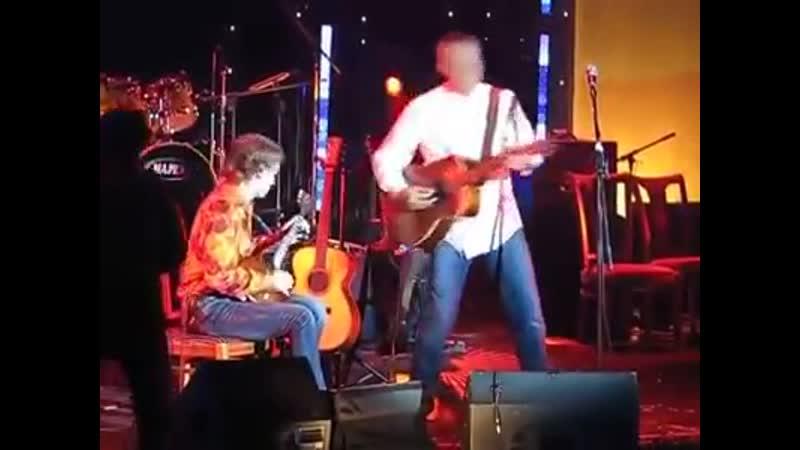 Два виртуоза на сцене Австралийский гитарист двукратный номинант на Грэмми Томми Эммануэль и талантливый российский балалаеч