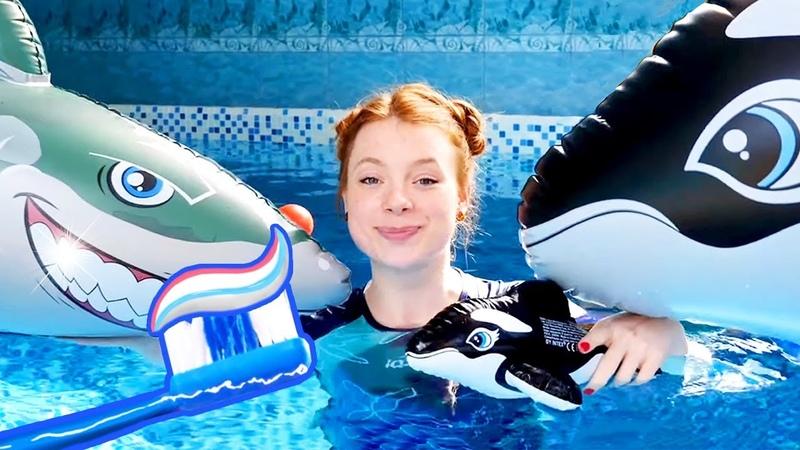 Spielzeugvideo für Kinder. Papa Hai muss seine Zähne putzen. Wir spielen im Pool.