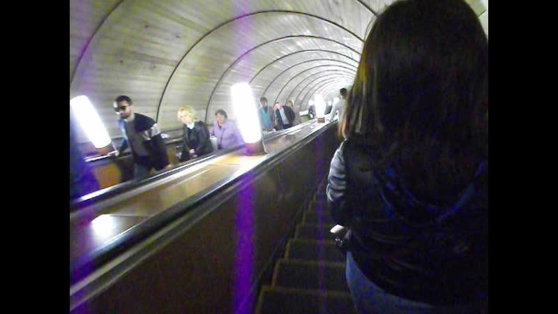 Бесконечный эскалатор в метро (Москва 20190424)