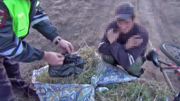 Под Таганрогом сотрудники ДПС задержали велосипедиста, который вез в рюкзаке 500 граммов марихуаны