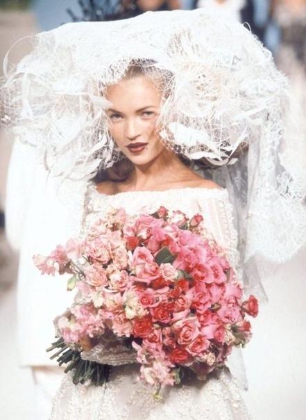 Лучшие выходы Кейт Мосс на показах 1990-х В 2019 самой востребованной, высокооплачиваемой и скандальной модели 1990-х, эталону героинового шика (благодаря ей, собственно, и возникло это