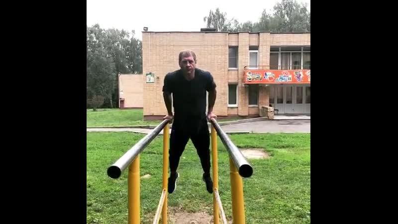 Александр Емельяненко отжимается на брусьях