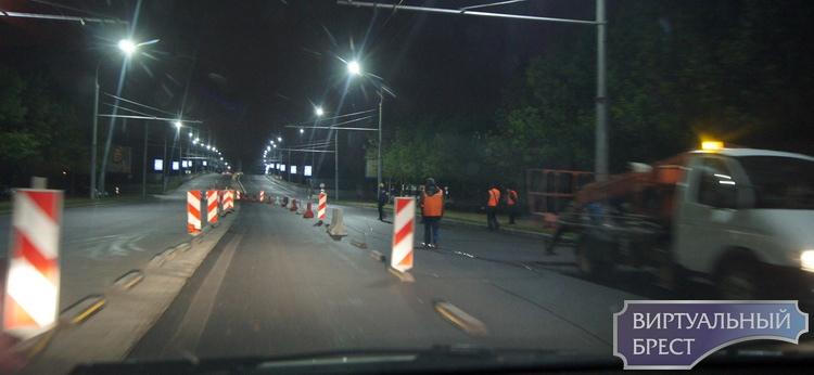 На Кобринском мосту идут ночные работы - снимают троллейбусные провода