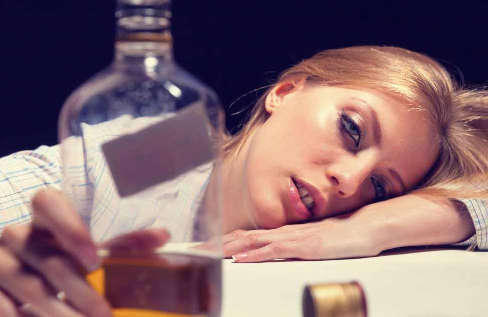 Когда человек испытывает приступ алкогольной абстиненции, требуется медицинская помощь.