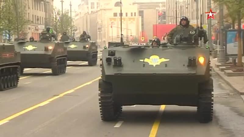 Боевая техника, принимающая участие в параде Победы, начала выстраиваться на Тверской
