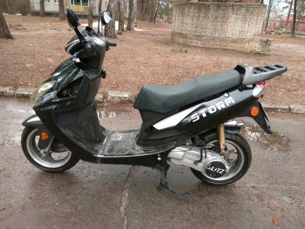 Продам скутер двухместный 150кубов, 13колеса, в отличном состоянии, заводится с кнопки, не дымит, масло не ест, все работает, вложений не требует, обслуживался во время.