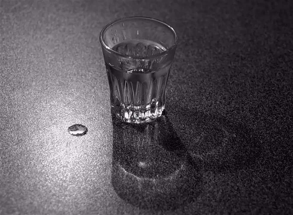 Рюмка пустая на столе картинки