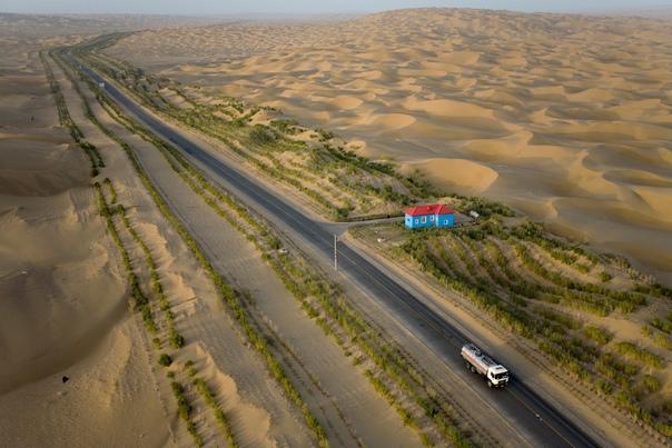 Зелёная полоса вдоль самого длинного пустынного шоссе в мире Есть в Китае одно место, которое не так популярно как, например, Великая Китайская стена или Запретный город. Несмотря на то что это
