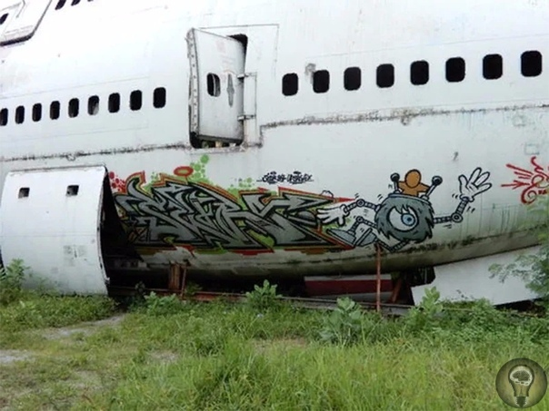 Кладбище заброшенных самолетов, в которых живут люди Заброшенные самолеты служат как домом, так и доходом для трех тайских семей. Рядом с магазином автоматов, на улице Рамкхамханг в Бангкоке,