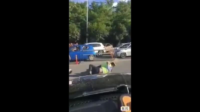 Массовая драка полицейских произошла на юге Москвы . Драка случилась минувшим вечером в одном из баров на улице Борисовские пруд