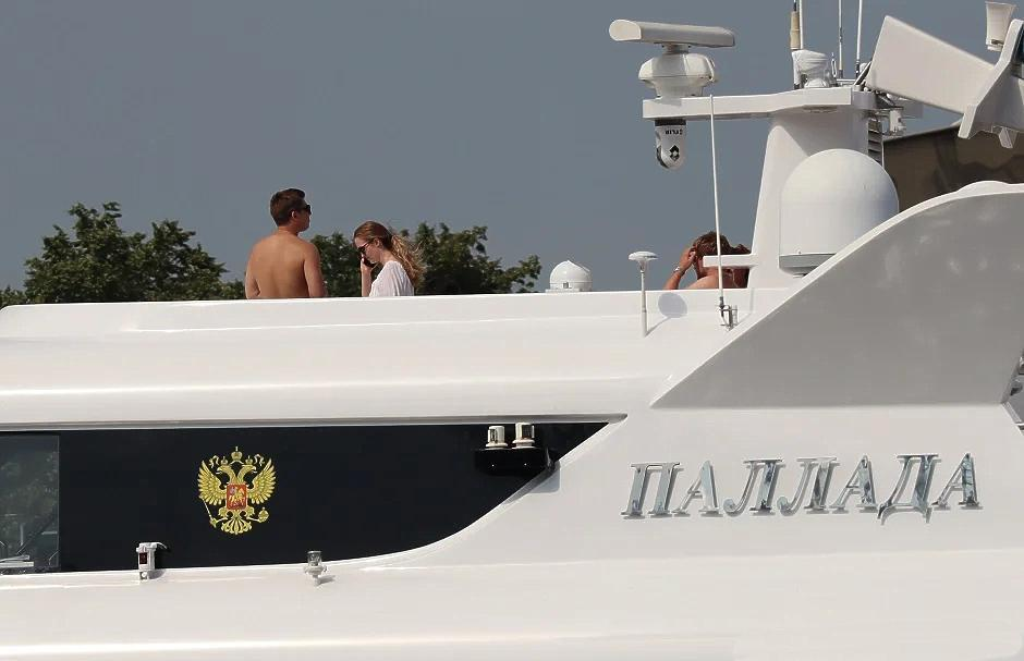 Девушки в купальниках на шикарной яхте РПЦ