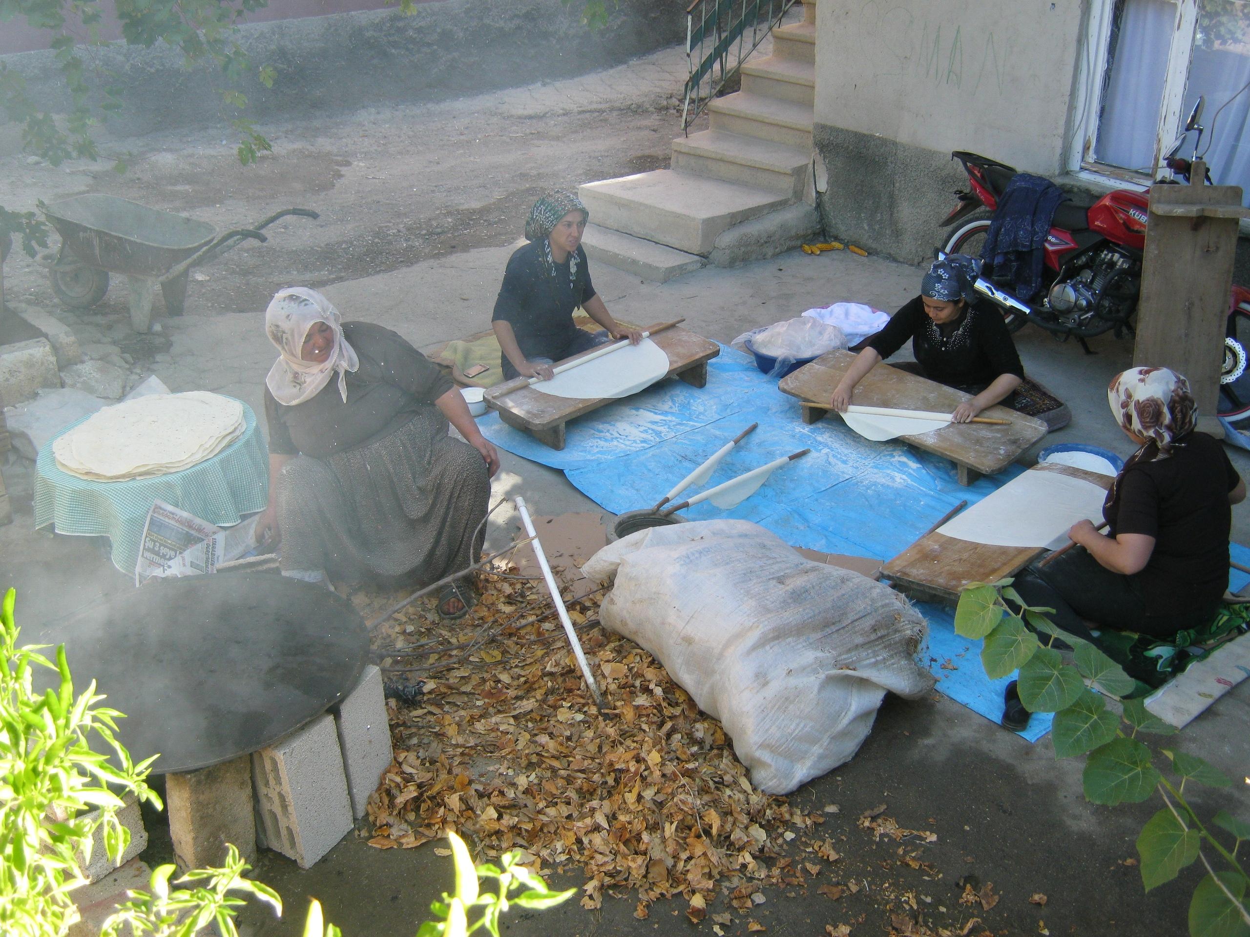 в Турции несколько женщин делают лаваш