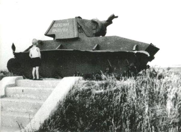ПЕРВЫЙ ТАНК-ПАМЯТНИК ВЕЛИКОЙ ОТЕЧЕСТВЕННОЙ ВОЙНЫ Идея ставить танки на монументы появилась давно и является очень распространенной в мире. В России впервые танк (трофейный английский танк Mar V)