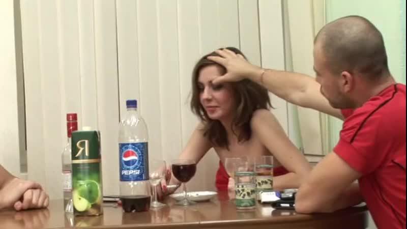Оттрахали соседскую русскую жену и кончили ей в рот