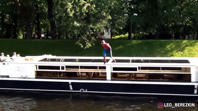 Человек паук спрыгнул на кораблик 🚢