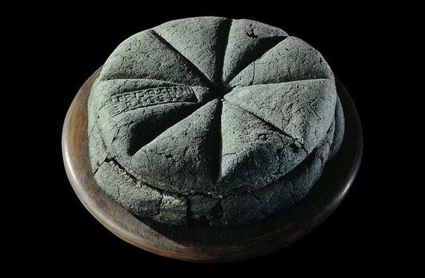 Это буханка хлеба, выпеченная около 2000 лет назад
