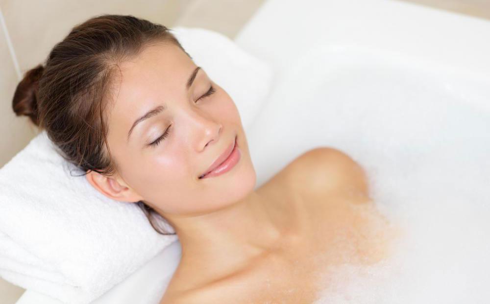 Принятие теплой ванны перед эпиляцией бикини может помочь уменьшить боль, испытываемую во время процедуры.