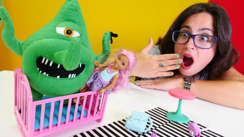 Barbie oyunları. Chelsea elini yıkamadığı için onu mikrop kaçırıyor