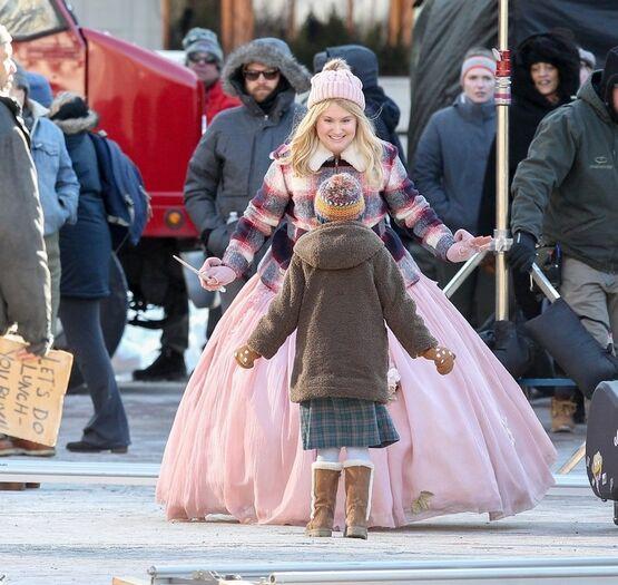 Айла Фишер и Джиллиан Белл на первых фото со съёмок комедии о фее-крёстной от Disney 20 января в Бостоне Айла Фишер и Джиллиан Белл были замечены на съемках новой комедии Disney «Фея-крестная».