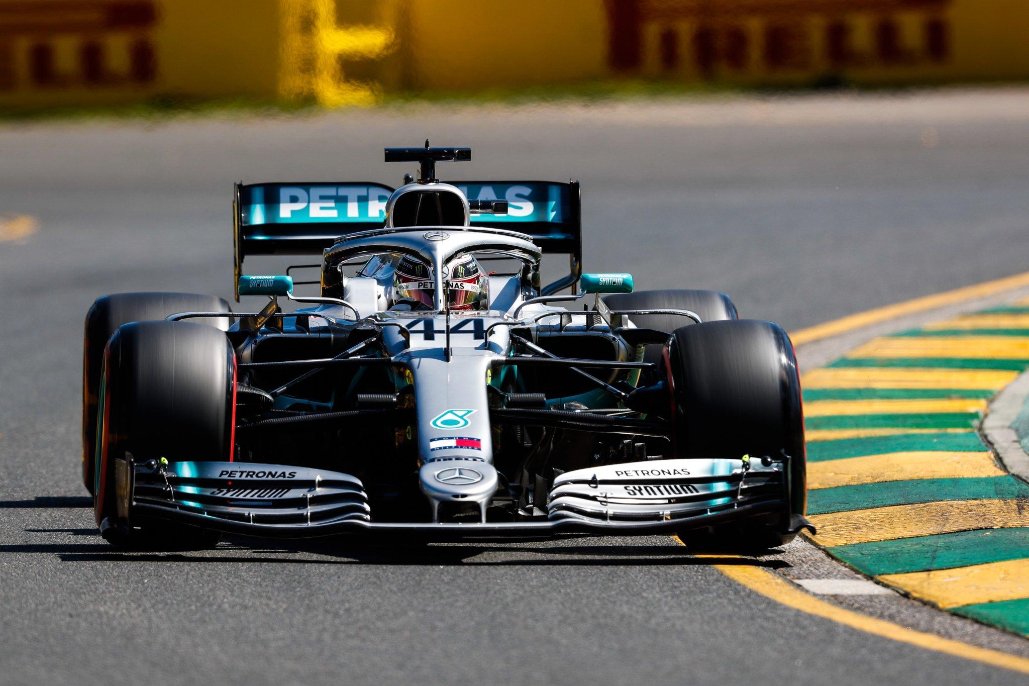 Льюис Хэмилтон - быстрейший в первой практике гран-при Австралии 2019 года в Мельбурне