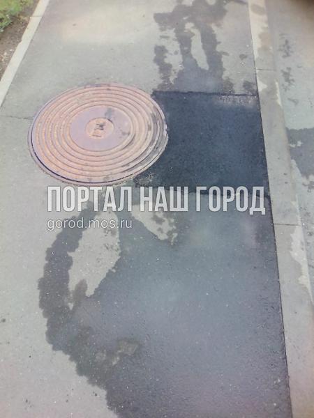 Коммунальщики заделали яму на участке улицы Льва Яшина