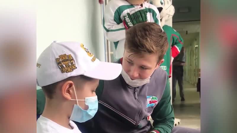 Игроки «Ак Барса» навестили пациентов ДРКБ