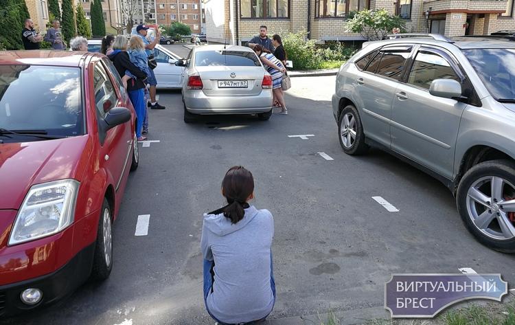 Женщина закрылась с ребёнком в автомобиле и не выходила более 15 часов