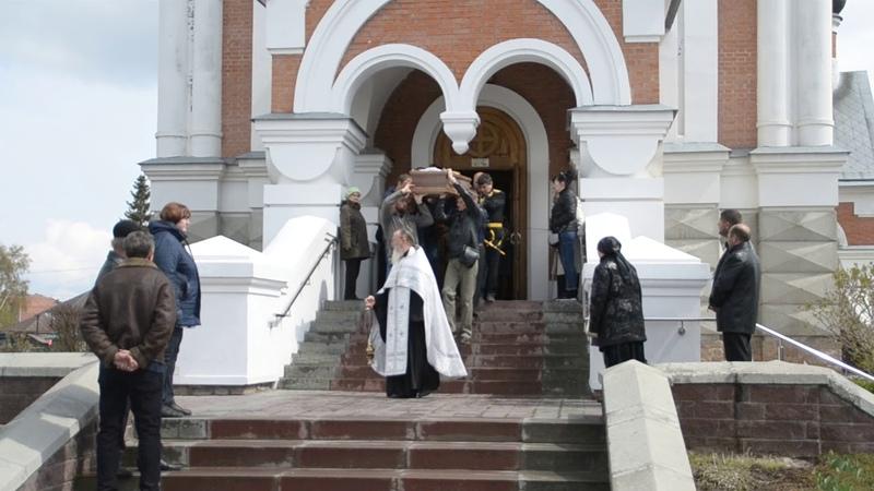 Гроб с телом Виктора Кришталем провожали скорбящие в Бердске