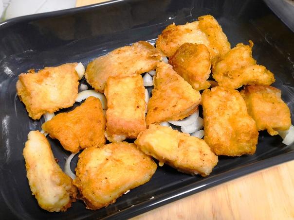Рыба, запеченная под нежным соусом и сыром Ингредиенты рыба (филе пангасиуса) 2 шт. молоко коровье 180 мл сыр (твёрдый) 80 г мука (пшеничная) 4 ст.л. лук (репчатый) 1 шт. масло растительное (и