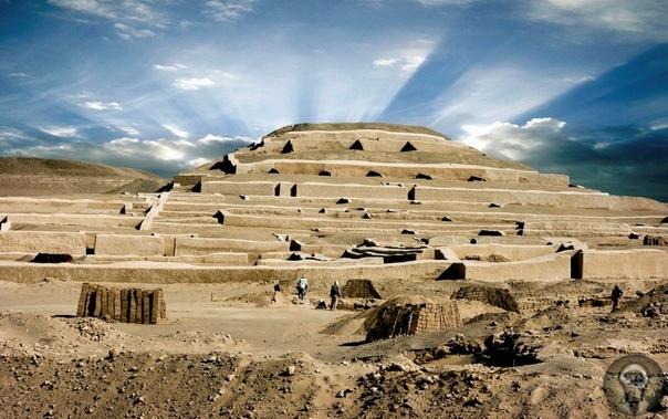 Пирамиды Кауачи Кауачи (Cahuachi) это церемониальный центр культуры наска в Перу. Он находится чуть вдали от города, в 25 км. Кауачи построен из необожженного кирпича примерно в 500 году н.э.,