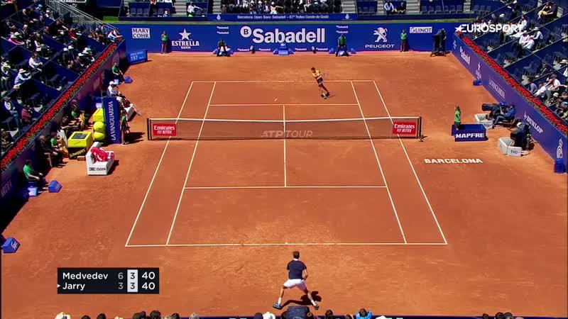 Медведев не оставил шансов Ярри и пробился в полуфинал на втором грунтовом турнире подряд