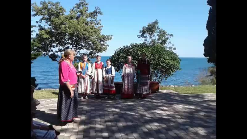 Фрагмент дефиле в народных костюмах на Троицу